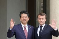 "Macron et Abe clament leur ""attachement"" à l'alliance Renault-Nissan"