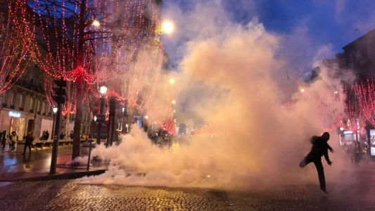 Gilets jaunes en France: pavés et fumigènes dans Paris-by-night